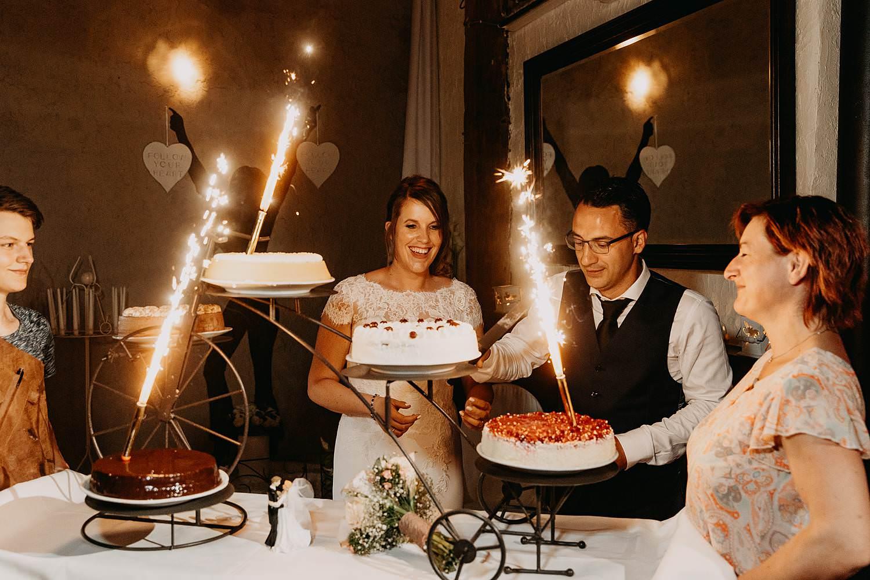 De Vrije Valk huwelijk aansnijden bruidstaart met vuurwerk