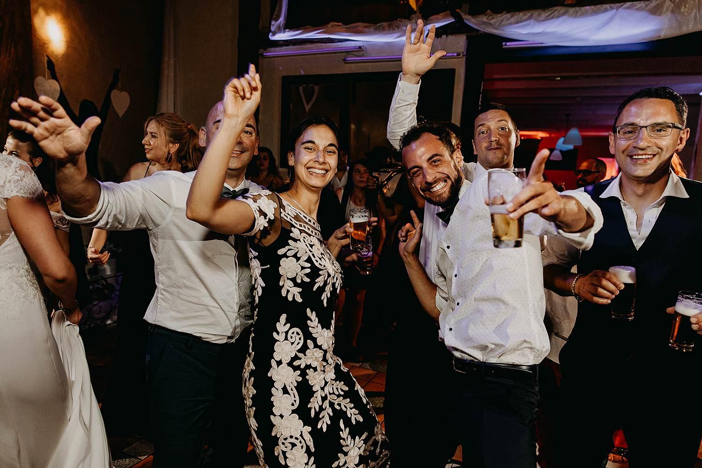 De Vrije Valk huwelijk dansparty gasten dansen