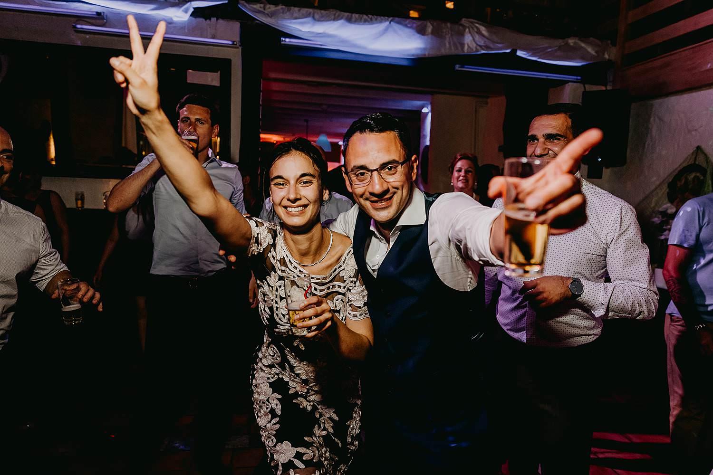 De Vrije Valk huwelijk party bruidegom danst met vriendin