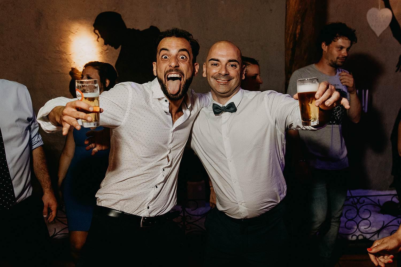 De Vrije Valk huwelijk party vrienden met bier