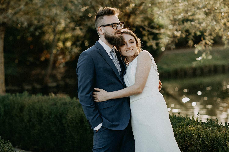 De Waterhoek bruid knuffelt bruidegom