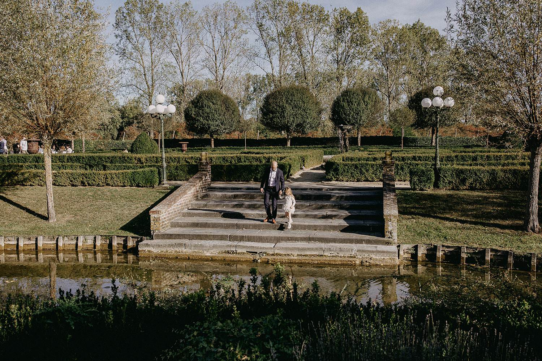 De Waterhoek bruidspaar in tuin