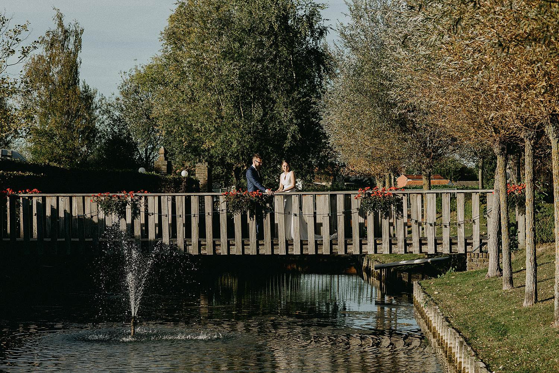 De Waterhoek bruidspaar op houten brug