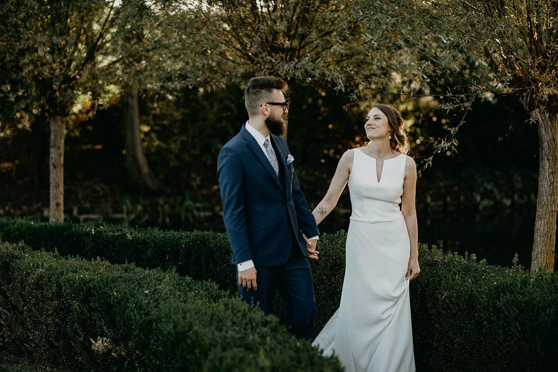 De Waterhoek bruidspaar wandelt in tuin
