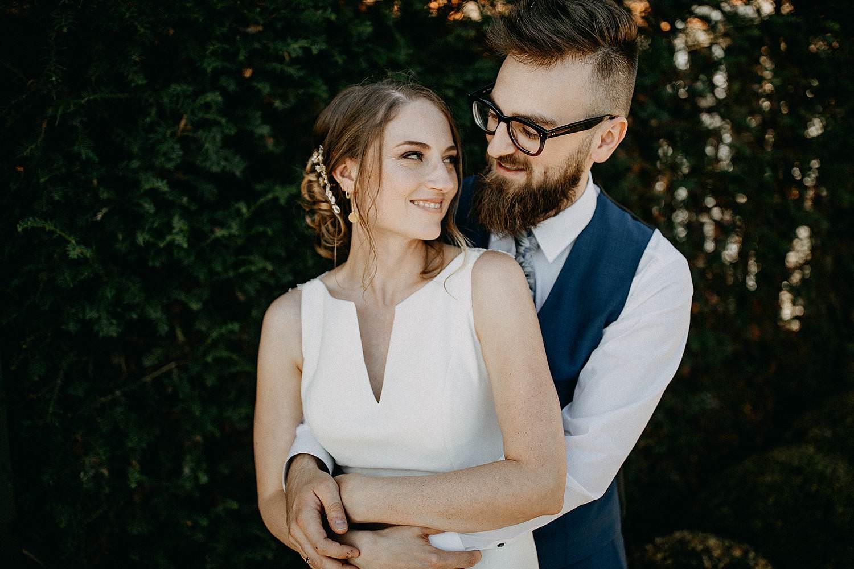 De Waterhoek trouwfoto's bruidspaar knuffel
