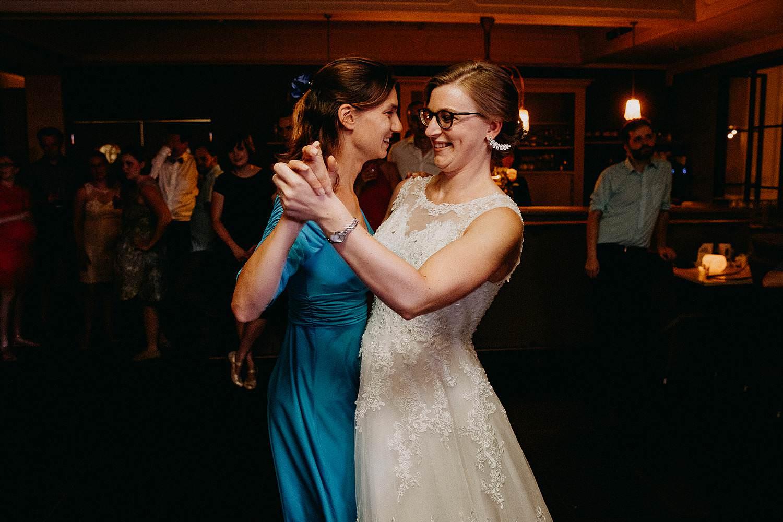 Den Hof huwelijk bruid danst met vriendin