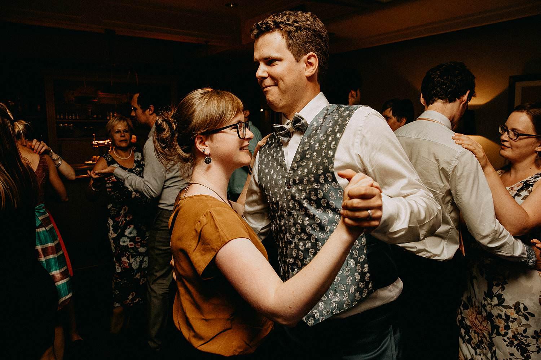 Den Hof huwelijk bruidegom danst met vriendin