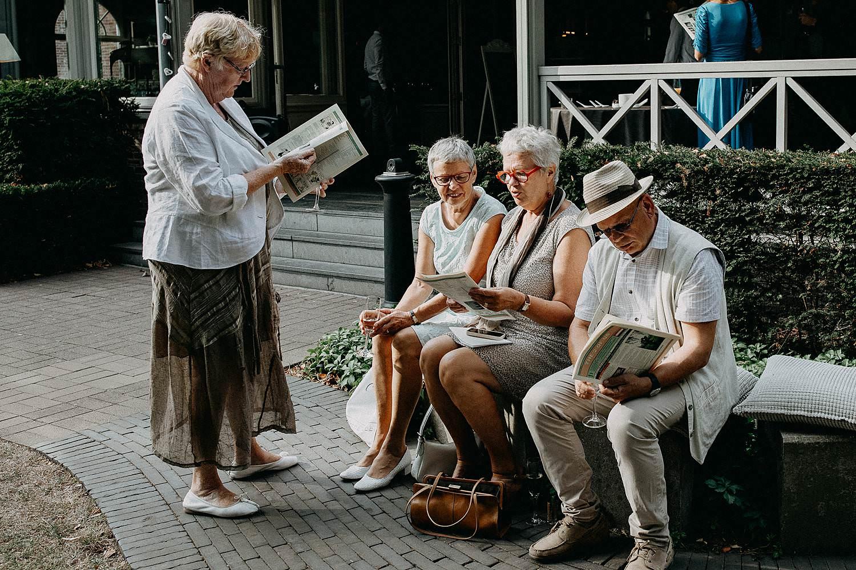 Den Hof huwelijk gasten in tuin