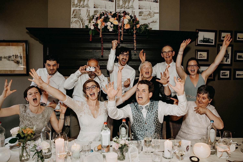 Den Hof huwelijk groepsfoto eretafel
