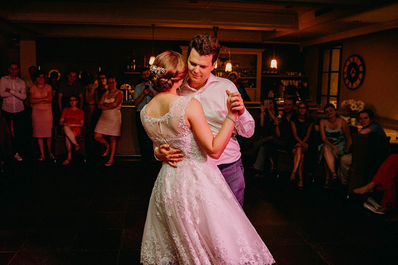 Den Hof openingsdans bruidspaar danst