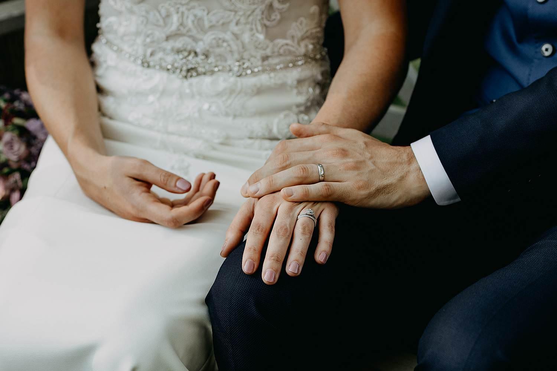 detail handen bruidspaar buitenceremonie