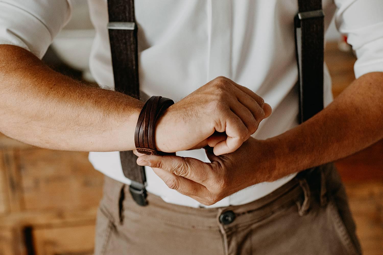 bruidegom voorbereiding knoopt polsbandje