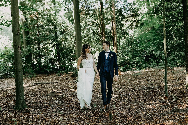 Domein Hallehof bruidspaar in bos