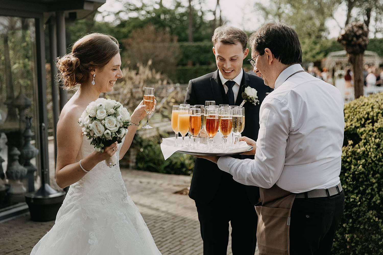 Hof te Rhode serveren drank tuin bruidspaar