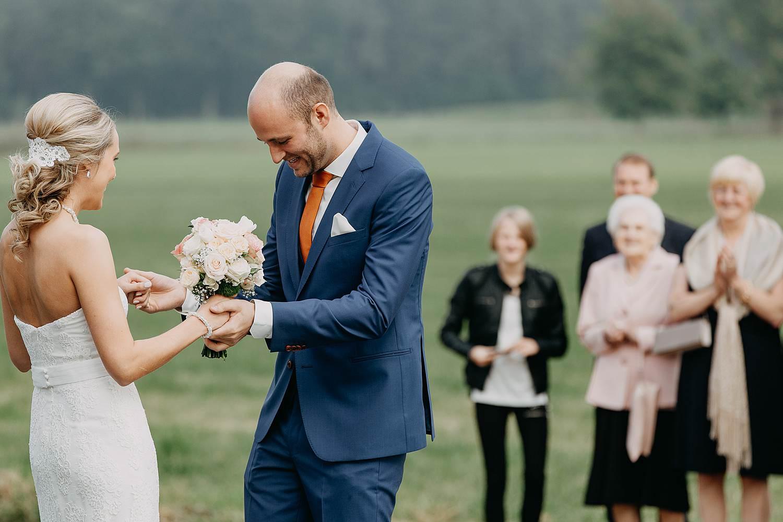 Droomzoet B&B first look bruidspaar groet elkaar