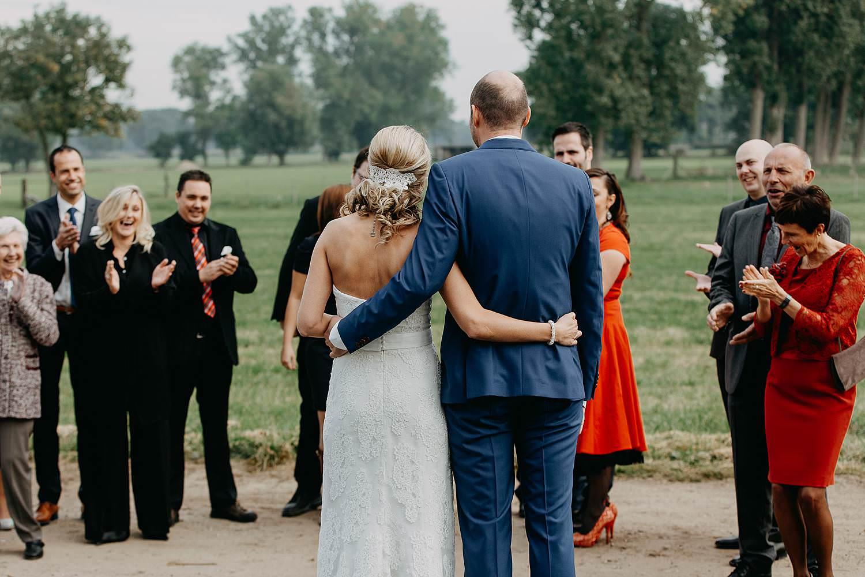 Droomzoet B&B first look bruidspaar groet familie