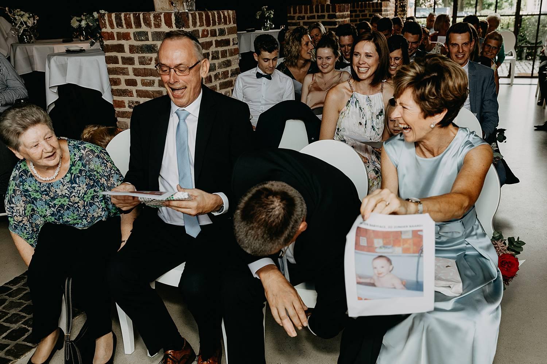 Familie plezier binnenceremonie huwelijk