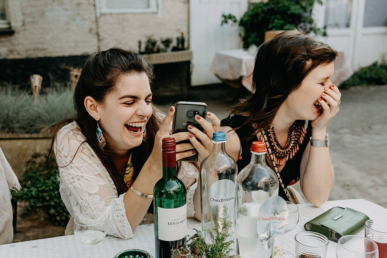 vriendinnen lachen huwelijk terras