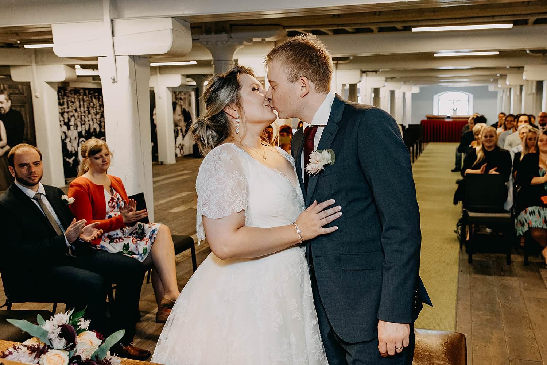Felix Pakhuis bruidspaar kust in trouwzaal