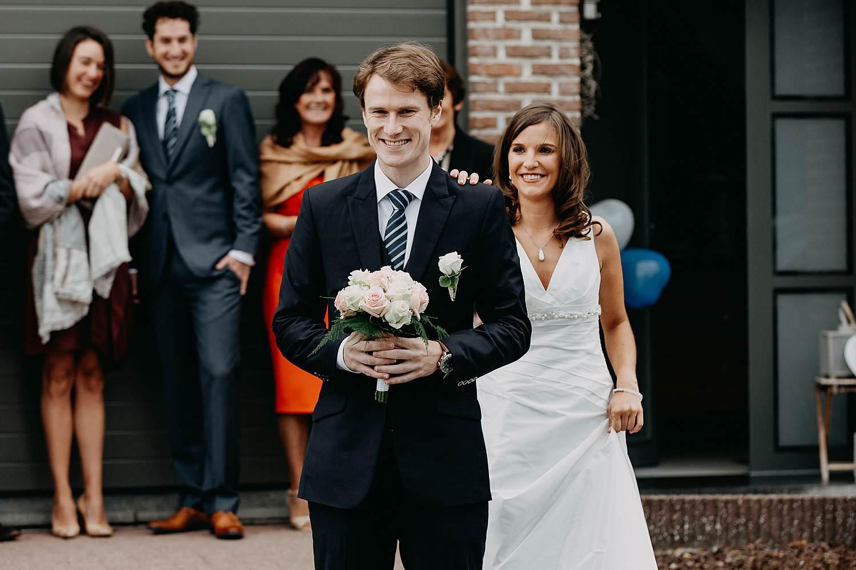First look bruid tikt op schouder bruidegom Herzele