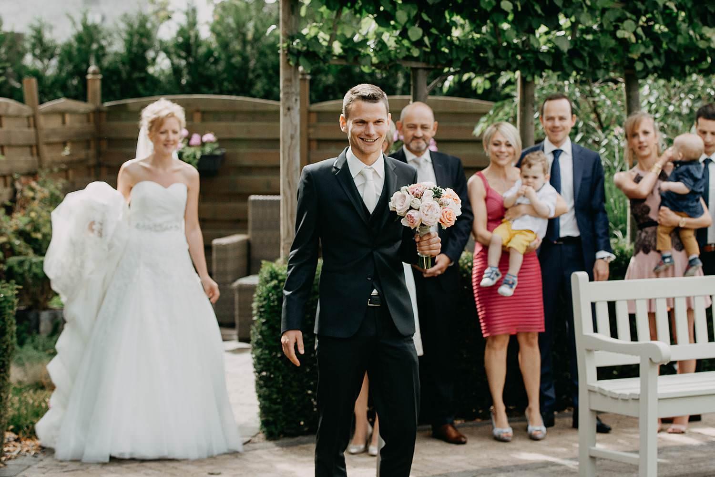 First look bruidegom wacht op bruid in tuin