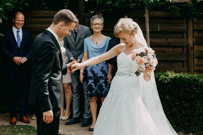 First look huwelijk in tuin bruidspaar emotioneel