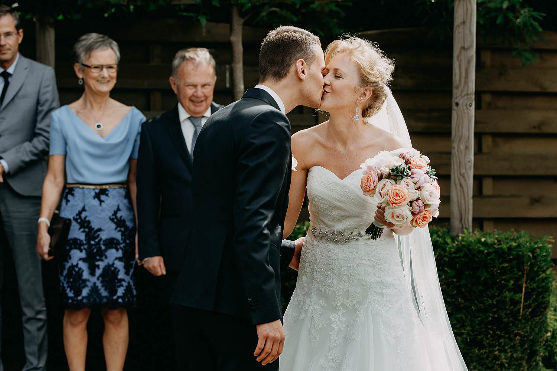First look huwelijk in tuin bruidspaar kust