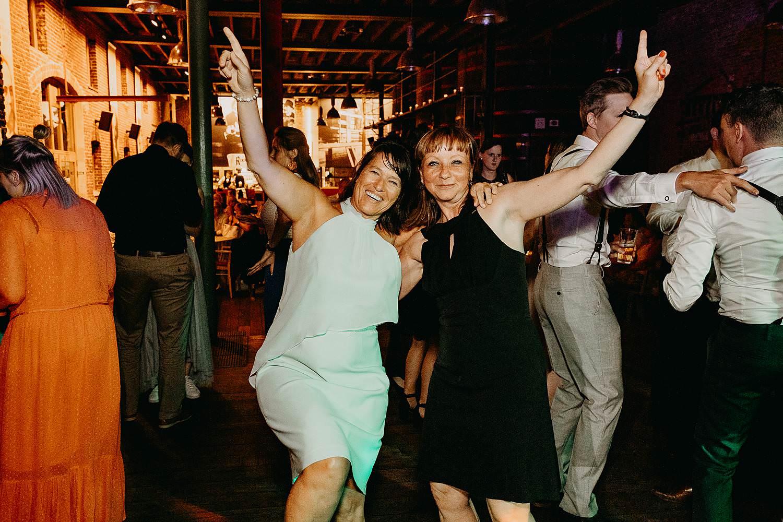 gasten dansen feestzaal trouw