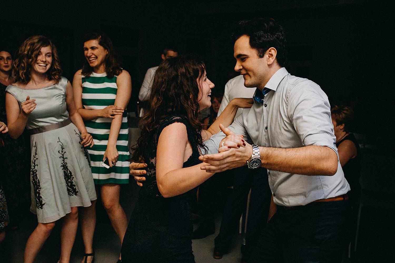 Gasten dansen trouwfeest