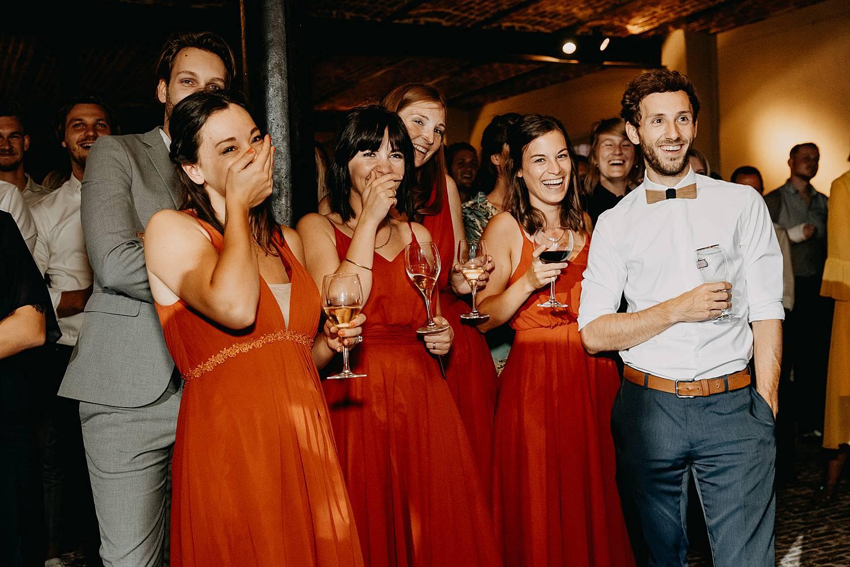 gasten lachen presentatie huwelijk