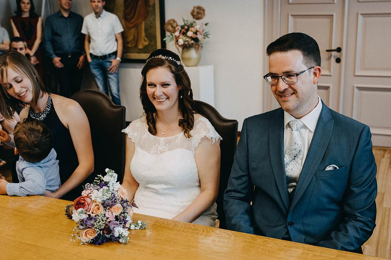 Gemeentehuis Diepenbeek huwelijk bruidspaar in trouwzaal