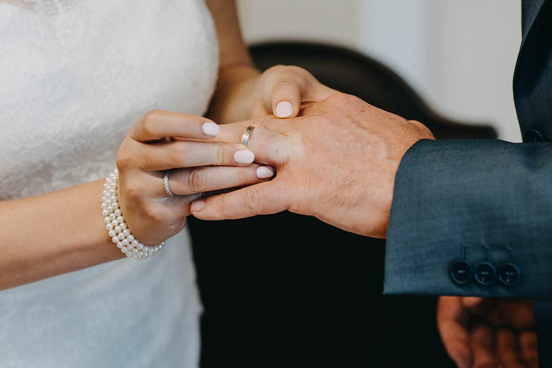 Gemeentehuis Diepenbeek huwelijk uitwisselen huwelijksringen