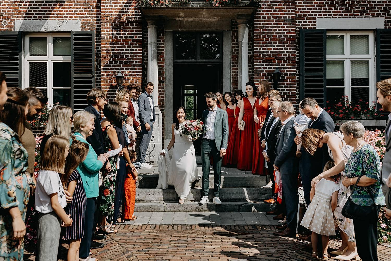 Gemeentehuis Herk de Stad uittrede bruidspaar