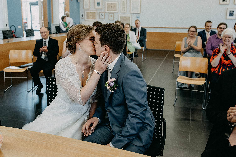 Gemeentehuis Merelbeke huwelijk bruidspaar kust