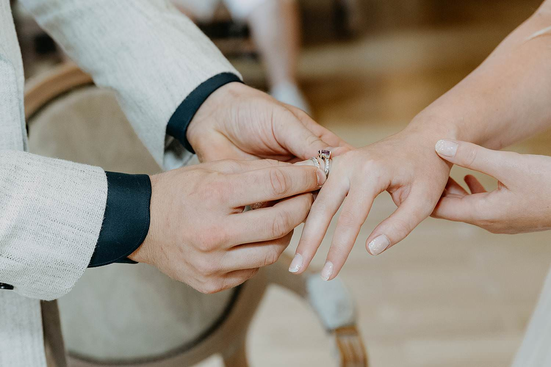 Gemeentehuis Waasmunster uitwisselen huwelijksringen