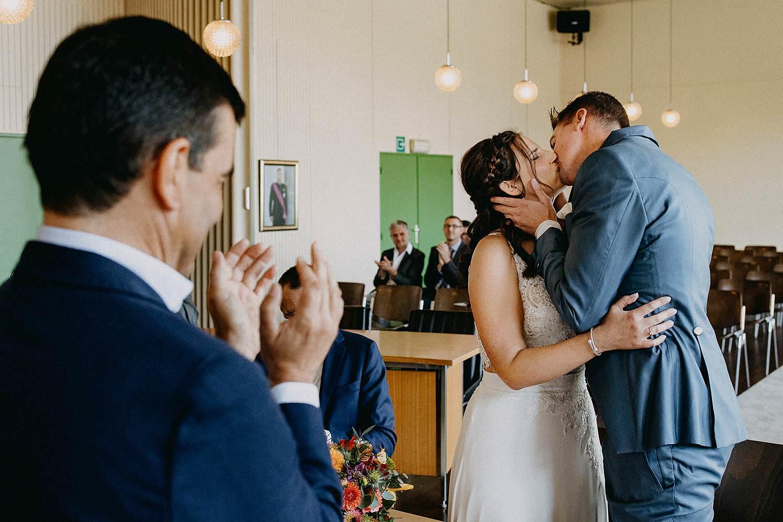 Gemeentehuis Zonhoven bruidspaar kust in trouwzaal