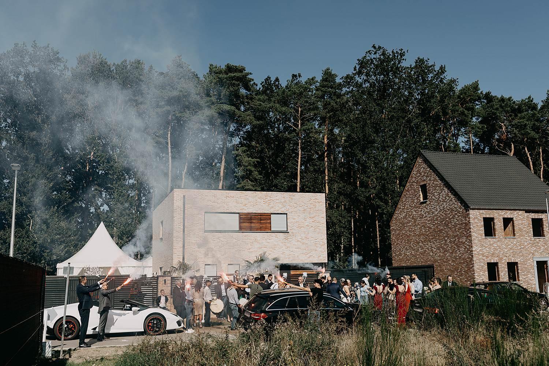 Genk intrede huwelijk met witte Lamborghini