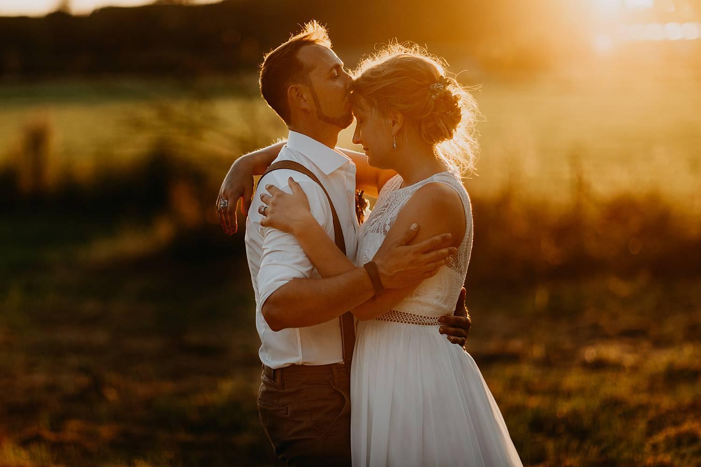 portret zonsondergang bruidspaar