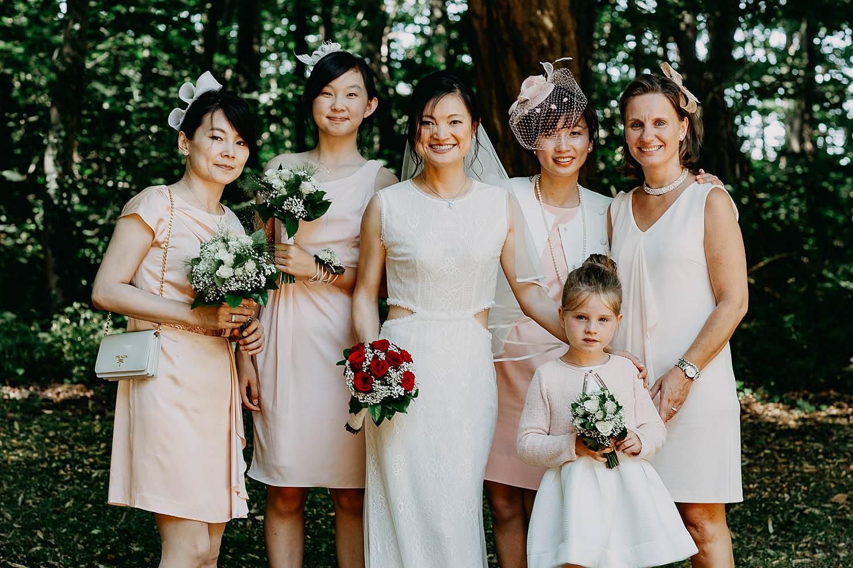 Groepsfoto huwelijk aan kerk vrouwen met bruid