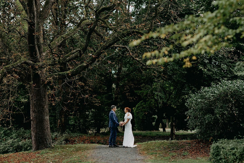 Heerlijckyt van Elsmeren bruidspaar in tuin