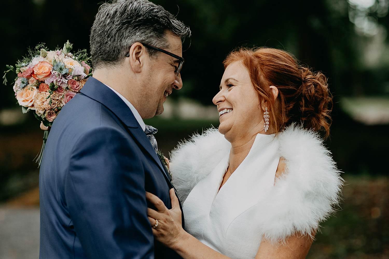Heerlijckyt van Elsmeren bruidspaar knuffelt