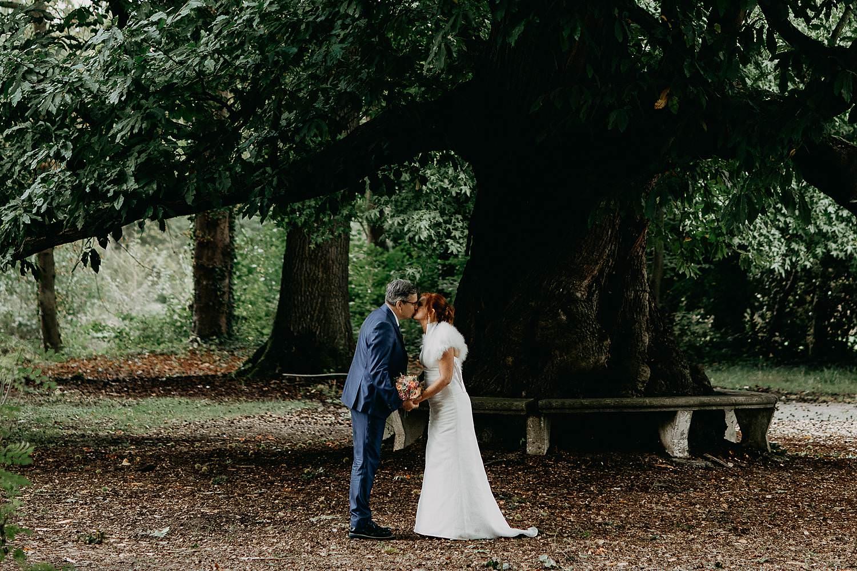 Heerlijckyt van Elsmeren bruidspaar kust in tuin