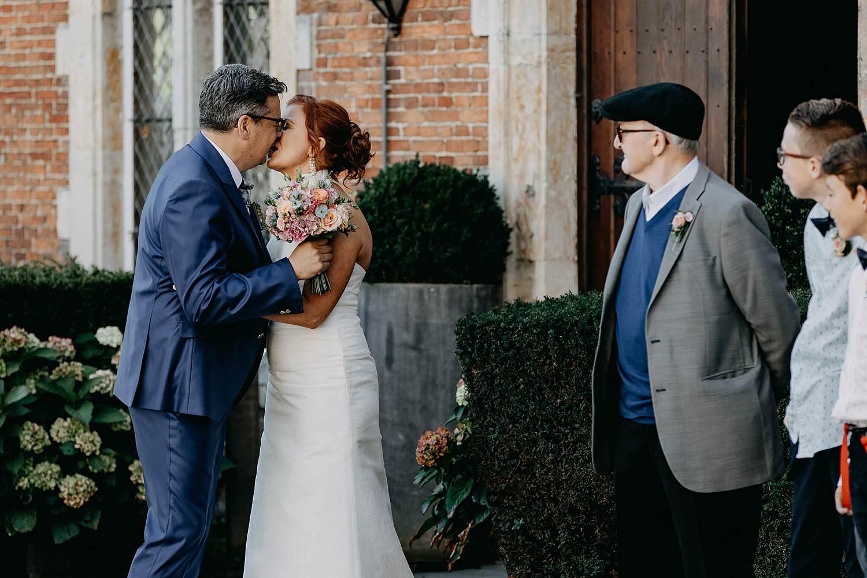 Heerlijckyt van Elsmeren first look huwelijk bruid bruidegom voor kasteel bruidspaar kust first look