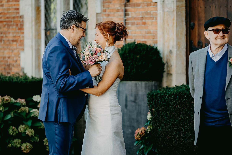 Heerlijckyt van Elsmeren first look huwelijk bruid bruidegom voor kasteel first look voor kasteel