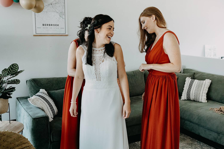 Herk De Stad vriendinnen aankleden bruid
