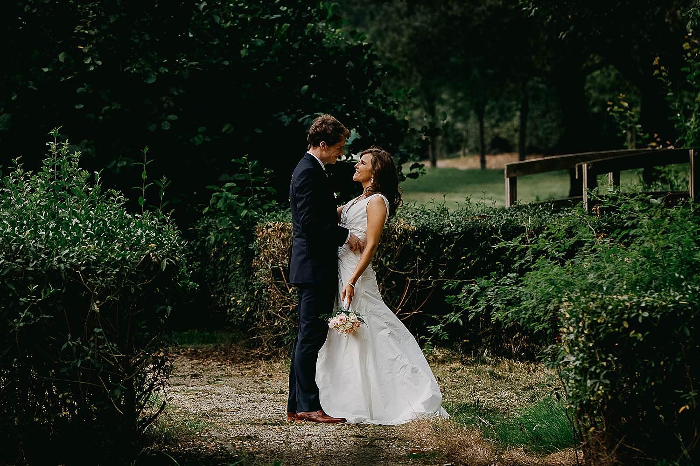 Herzele bruidspaar knuffelt in park