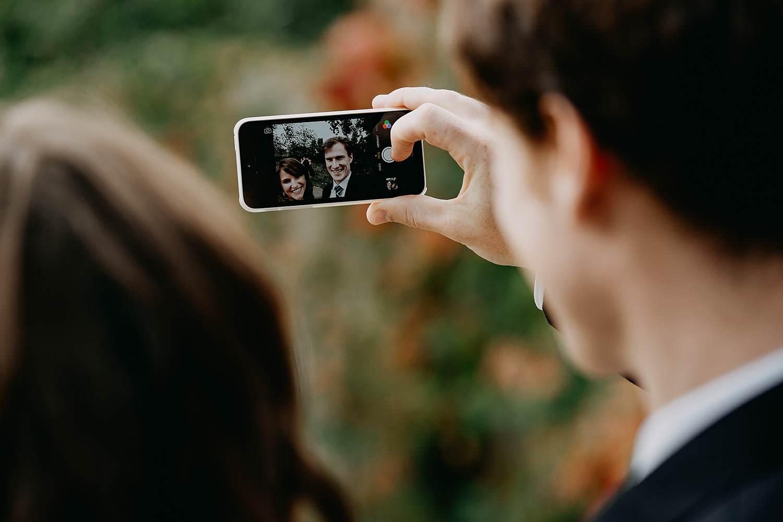 Herzele huwelijk bruidspaar maakt selfie