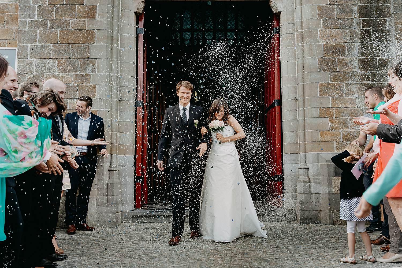 Herzele huwelijk uittrede bruidspaar met confetti