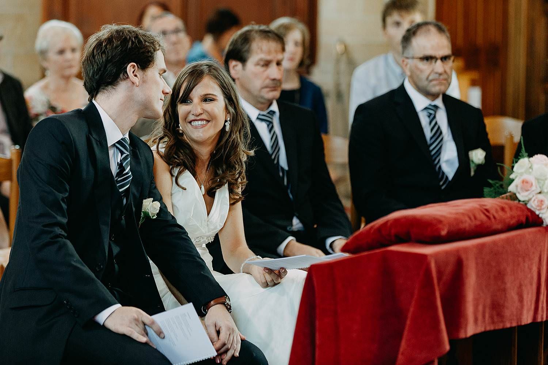 Herzele kerk huwelijk bruidspaar lacht