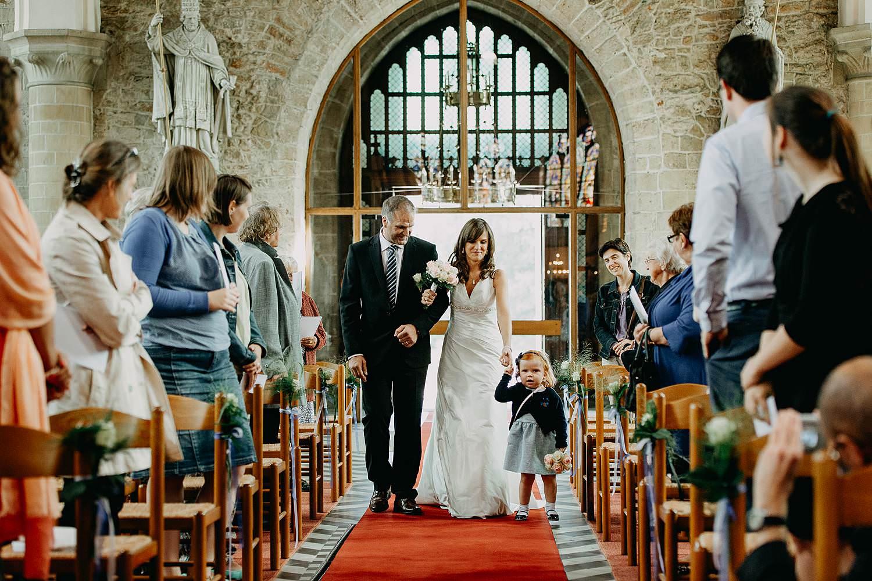 Herzele kerk huwelijk intrede bruidspaar met bruidskindje